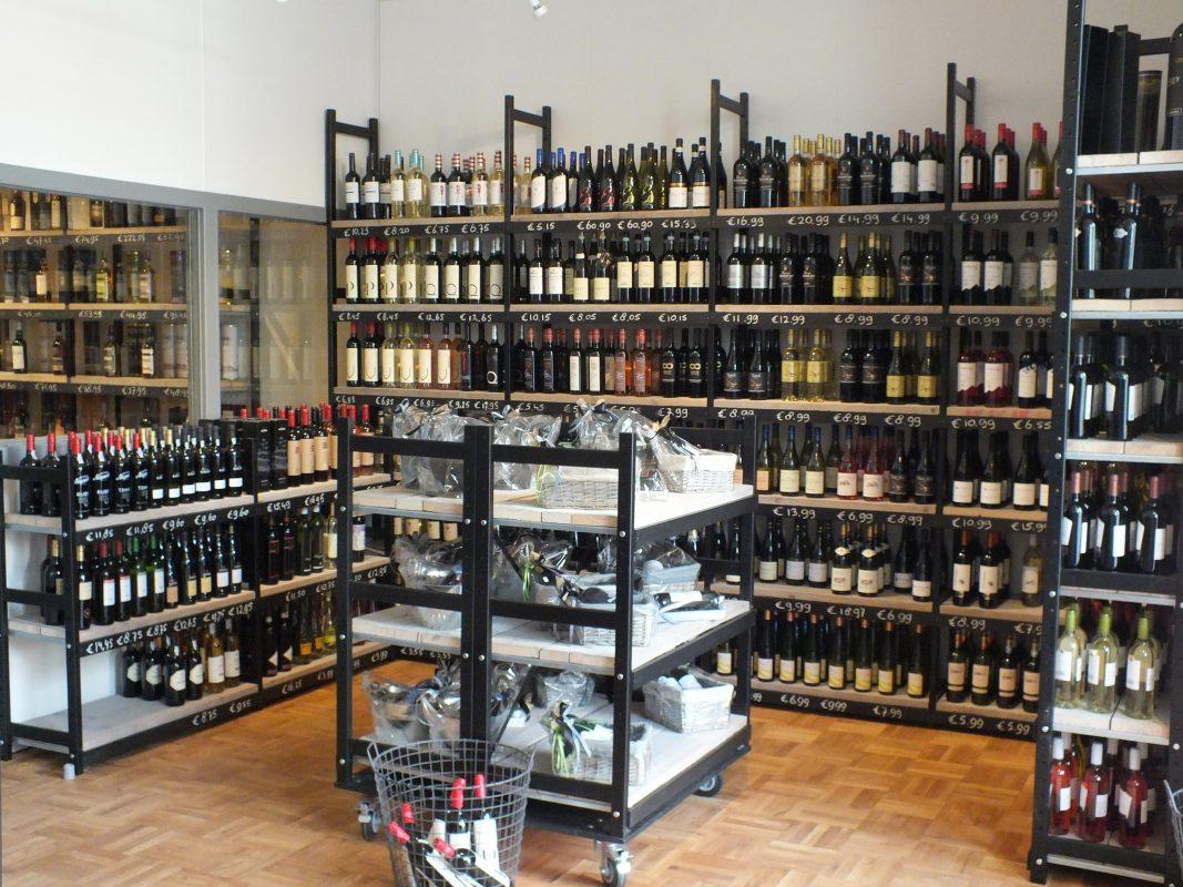 wijnrekken van hout bottles barrels
